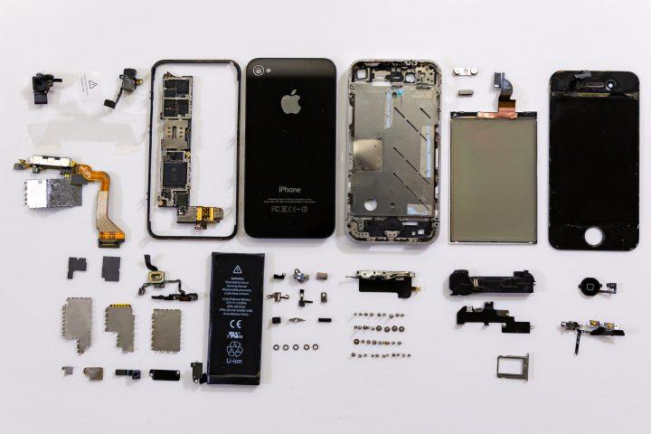 Previamente un trabajador chino desmantela un Iphone. Un trabajo que explora la guerra mercantil entre China y Estados Unidos y las tensiones políticas y económicas que resultan de la misma. Gracias a la colaboración de Jerome.